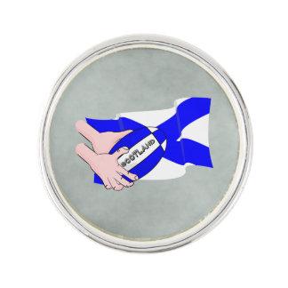 スコットランドの旗のラグビーのボールサポータ漫画手 ラペルピン