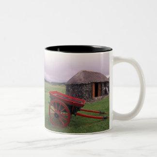 スコットランドのSkye、Kilmuirの島。 田園景色 ツートーンマグカップ