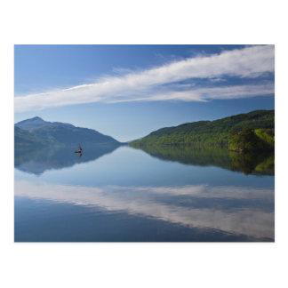 スコットランド- Loch Lomondの郵便はがきの孤独なボート ポストカード