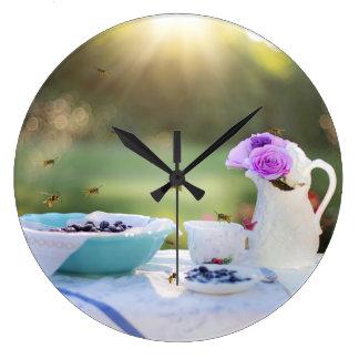 スズメバチが付いている朝食 ラージ壁時計