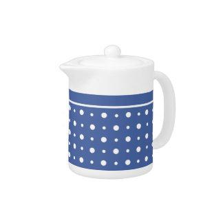 スタイリッシュで白いティーポット、濃紺の水玉模様