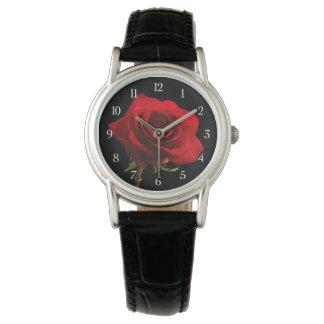 スタイリッシュで美しく赤いバラ 腕時計