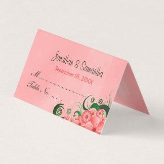 スタイリッシュなハイビスカスの花の暗いピンクによって折られるテーブル プレイスカード