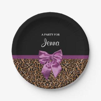 スタイリッシュなヒョウのプリントのエレガントな紫色の弓および名前 ペーパープレート