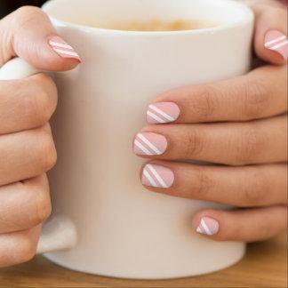 スタイリッシュな明るいピンクの対角線は縞で飾ります ネイルアート