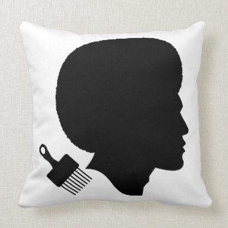 スタイリッシュな黒人男性および彼のアフリカ クッション