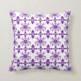 スタイルを作られる紫色および白く古い英語 クッション