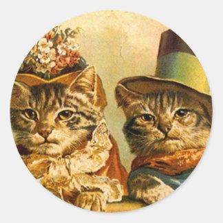 ステッカーのヴィンテージは猫のカップルのオン町に服を着せました ラウンドシール