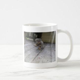 ステップを踏んでいる子犬 コーヒーマグカップ