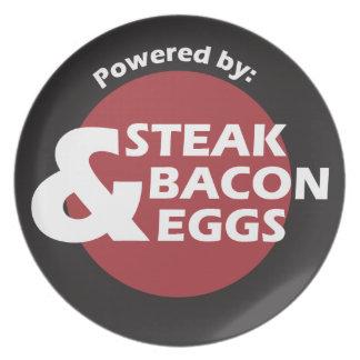ステーキ、ベーコン・エッグによって動力を与えられる プレート