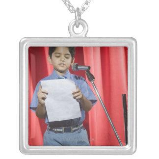 ステージのスピーチを与えている男生徒 シルバープレートネックレス