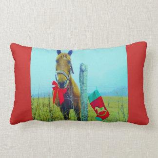 ストッキングおよび赤い弓を持つレトロのクリスマスの馬 ランバークッション