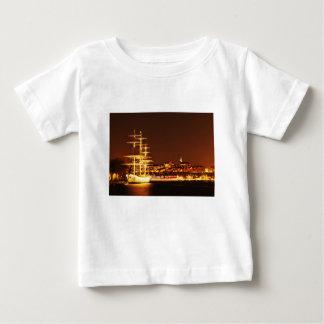 ストックホルム、スウェーデンの夜の船 ベビーTシャツ