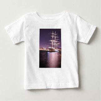 ストックホルム、スウェーデンの夜の遊航船 ベビーTシャツ