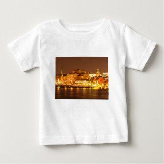 ストックホルム、夜のクリスマスのスウェーデン ベビーTシャツ