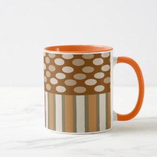 ストライプなコーヒークリームおよび楕円形の信号器のマグ マグカップ