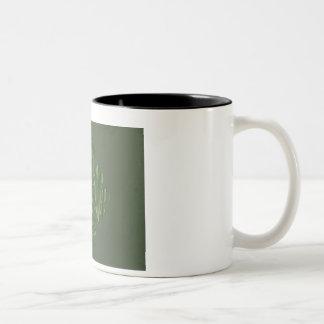 ストライプなパターンを持つ緑の東のオーナメント ツートーンマグカップ