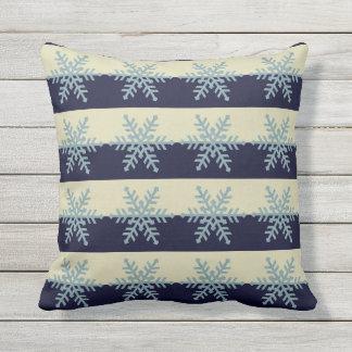 ストライプのな休日の枕の銀製の青い雪片 アウトドアクッション