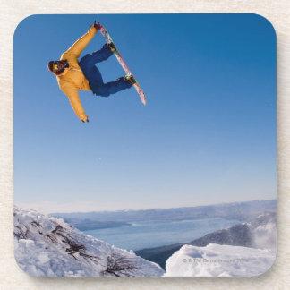 スノーボーダーはアルゼンチンのジャンプを回します コースター