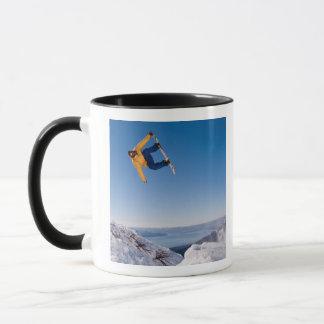 スノーボーダーはアルゼンチンのジャンプを回します マグカップ