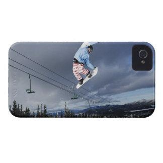 スノーボーダーは裏側をする空中で跳んでいる Case-Mate iPhone 4 ケース