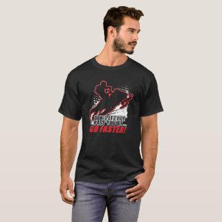 スノーモービルはより速く行きます Tシャツ