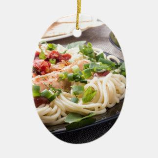 スパゲッティを搭載するクローズアップのブラックプレート セラミックオーナメント