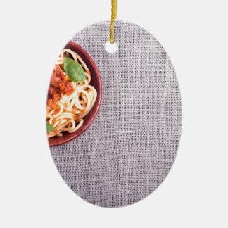 スパゲッティを搭載する灰色のマットの平面図 セラミックオーナメント
