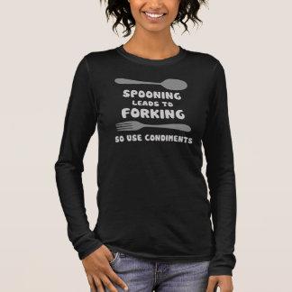 スプーンでつぐことは分岐の使用香辛料に導きます 長袖Tシャツ