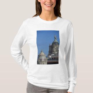 スペイン、カタロニア、バルセロナ。 バルセロナの屋根の上2 Tシャツ