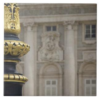 スペイン、マドリード。 王宮、華美な金めっきされたランプ タイル
