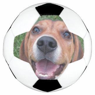 スマイリーフェイスのビーグル犬 サッカーボール