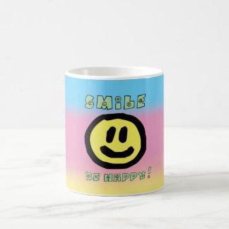 スマイルは幸せなマグであり、 コーヒーマグカップ