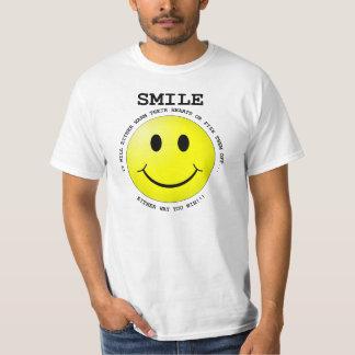 スマイル、それは人々にあなたは何をまでの疑問に思わせます Tシャツ