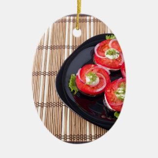 スライスされたトマトおよびレタスが付いている黒い皿 セラミックオーナメント