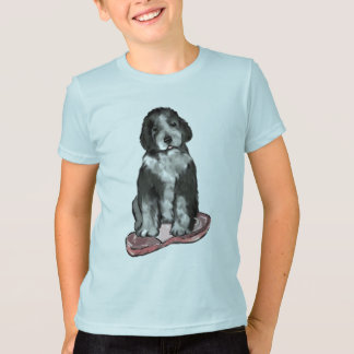 スリッパを持つ子犬 Tシャツ