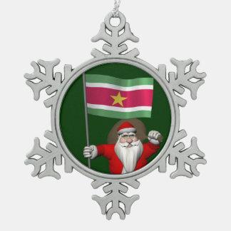 スリナムの旗を持つサンタクロース スノーフレークピューターオーナメント
