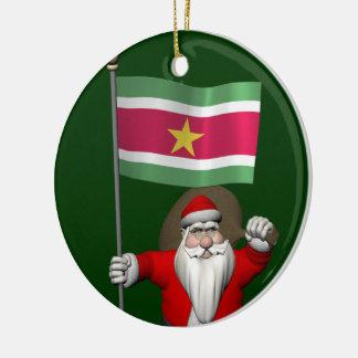 スリナムの旗を持つサンタクロース セラミックオーナメント