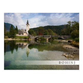 スロベニアのバーの郵便はがきの教会が付いているBohinj湖 ポストカード