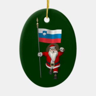 スロベニアの旗を持つサンタクロース セラミックオーナメント