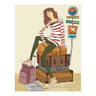 スーツケースに坐る若い女性のポートレート ポストカード