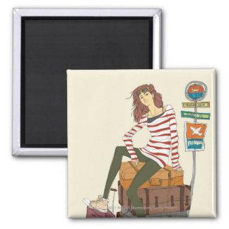 スーツケースに坐る若い女性のポートレート マグネット
