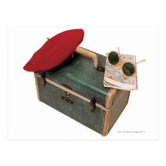 スーツケース、ベレー帽、地図およびサングラス ポストカード