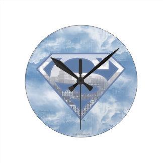 スーパーマンのS盾|淡いブルーの都市ロゴ ラウンド壁時計