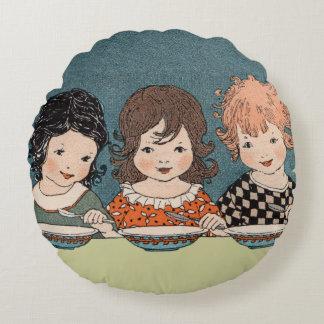 スープ3姉妹を食べているヴィンテージの小さな女の子 ラウンドクッション