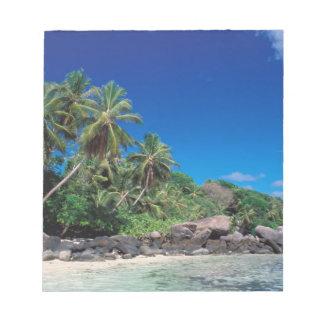 セイシェルのMaheの島、Anse Royaleのビーチ。 2 ノートパッド