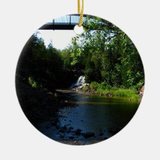 セイヨウスグリの滝-自然の威厳のあるな滝 セラミックオーナメント