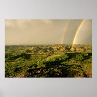 セオドアの色彩の鮮やかな渓谷上の二重虹 ポスター