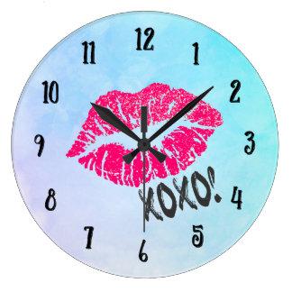 セクシーなピンクのKissyの唇のxoxo! ラージ壁時計