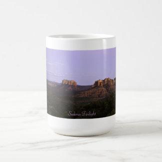 セドナアリゾナの魔法の土地のたそがれ コーヒーマグカップ